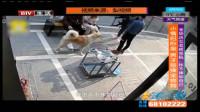 情侣吵架虐待小狗,宠物店的老板娘看不下去,跟他们吵起来