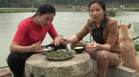 壮乡妹和闺蜜驾船抓鸭子,结果却泡了汤,柠檬鸭飞了只能吃野菜