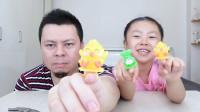 """父女试吃""""戒指糖"""",桐桐给你们回答戒指的意义。"""