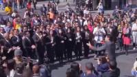 国外街头响起《我的中国心》,所有华人都停下脚步合唱,场面太壮观!