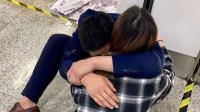 江苏一男子地铁内醉倒妻子赶来拥抱安慰