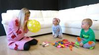 萌娃们邀请妈妈一起来玩气球,母子三人玩的好开心呀!两个小家伙真是聪明可爱呢!
