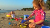 萌娃小可爱和玩具宝宝一起在沙滩玩的可开心了!萌娃:宝宝可喜欢玩沙了,真有趣!
