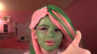 怪高娃娃仿妆秀:妈妈帮女儿美妆打扮成了维纳斯