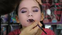 怪高娃娃仿妆秀,妈妈帮女儿美妆打扮成吸血鬼的模样!