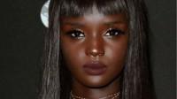 非洲黑妹用显微镜观察自己的皮肤,放大100倍后,自己吓了一跳