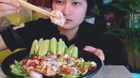 妹子吃柠檬拌鱿鱼, 搭配着青瓜, 吃起来有一种凛冽鲜味