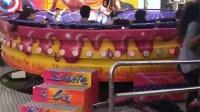 女孩玩迪斯科转盘被甩出 猛撞栏杆吓坏游客