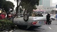男子连续加班疲劳驾驶 轿车失控仰翻路中