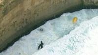 男子海边拍照被浪卷走 救生员父子施救双双遇难