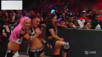 WWE女子格斗,2个打1个未免有点恨了,台上打到台下一度混乱