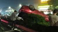 小车超车时失控翻车 交警:4人受伤未酒驾