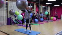 小小的瑜伽球,还有这样大用途,十分方便锻炼