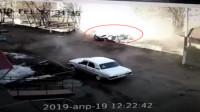发动汽车突发爆炸 俄55岁男子奇迹生还