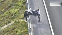 两男子骑摩托车上高速,中途徒手抬车下高速,真是脑洞大开!