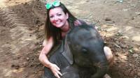 小象用力扑倒女游客,小象接下来的行为,却令人十分意外