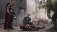 钢铁侠扛着核弹冲入虫洞,差点就没了,多亏浩克这一吼