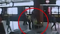 孕妇乘地铁时羊水破了 工作人员站内3分钟紧急援助