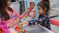 萌娃小可爱和姐姐一起给玩具宝宝做好吃的水果沙拉,小家伙真是萌萌哒!