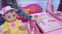 萌娃小可爱可真会玩呢!小家伙把玩具宝宝打扮的真漂亮!