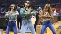 美女演绎80年代经典舞蹈《眉飞色舞》火了,引来众多网友翻拍