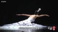 孔雀公主杨丽萍参加春晚,衣服居然是画上的,近距离看害羞