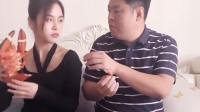 妈妈给爸爸吃小虾米,自己和祝晓晗吃大龙虾!这就是食物链