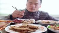老哥吃播美食,酥脆油炸小鱼片,味道真不错。