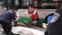 武汉一公交冲上站台撞伤三人