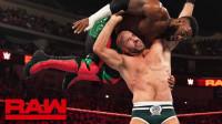 【RAW 04/22】塞德里克亚历山大从上绳飞下 直接撞上凯萨罗的上勾拳