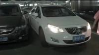女司机不会倒车,最后把车这样停在了车位上,路人们都看懵了!