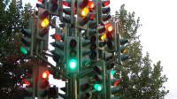 开车等红灯时,为什么老手都会做这个动作?原来对车大有好处