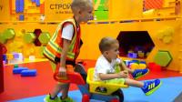萌娃小可爱们去到了一座有趣的儿童乐园,在这儿可以体验各种职业,真是有趣呢!