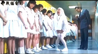 女学生和鬼一起戏耍女老师,这鬼隐身撩起女教师裙子,招学生哄笑!