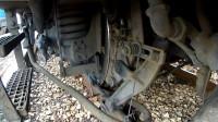 火车下装个摄像头,看看行驶100km/h的火车,车轮在轨道上的变化