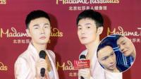 八卦:李荣浩与张艺兴蜡像合影 称永远在一起