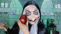 国外女子美妆打扮成了皇后,秒变老巫婆为白雪公主准备了毒苹果