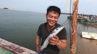 老四辛辛苦苦干工,在海里搞了一条大尖嘴鱼,拿回家给老婆孩子吃