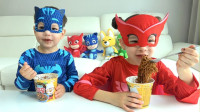 太精彩!萌宝小萝莉和小正太竟然变身为睡衣小英雄,究竟他们能成功煮泡面吃呢?