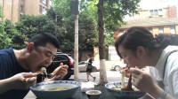 夫妻两人下馆子,一人一大碗鸡汁米线,小厨碗比头还大,妇儿巧遇意外惊喜!