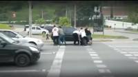 女司机红灯区越线 突然冲过来一群人二话不说就抬车