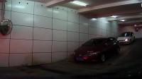地下车库奥迪女司机擦墙下坡,这操作,吓得我不敢轻举妄动