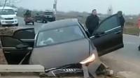 奥迪司机真够猛,车标都撞掉了,到底发生了什么?