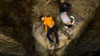 两人登山却不慎坠崖,相机拍下了坠崖时的一幕,太吓人了!