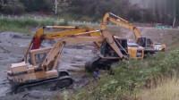 挖掘机陷进去了,老板只好请来老司机救援,这救援方式真给力!