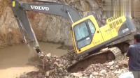挖掘机在斜坡上干活,完事后发现车子上不去了,真尴尬!