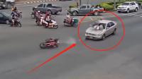 监控拍下这样一幕,小车司机直接撞飞机车司机,这到底是谁的责任大?