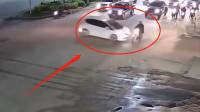 摩托车司机被白色小车撞倒,当场倒地不起,到时是谁的错?