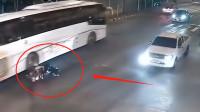 摩托车司机车速过快十字路口撞上大客车,监控拍下,但愿司机没事吧!