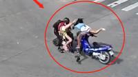 女摩托车司机不看路的吗?当场被撞飞,这到底是谁的错?